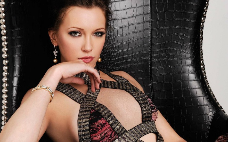 Katie-Cassidy-Regard-Magazine-Photo-Shoot-arrow-cw-33738859-940-586