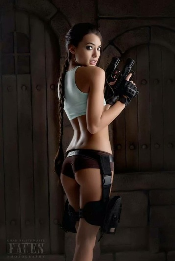 Joanie Brosas Tomb raider cosplay side