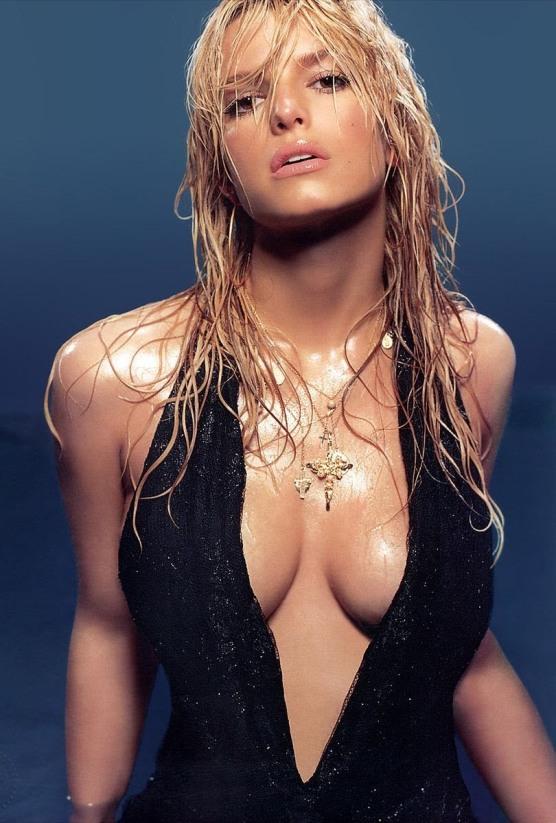 Jessica Simpson wet