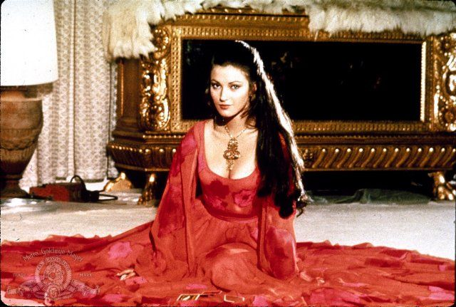 Jane-Seymour-Solitaire-Live-And-Let-Die-james-bond-37169393-640-431