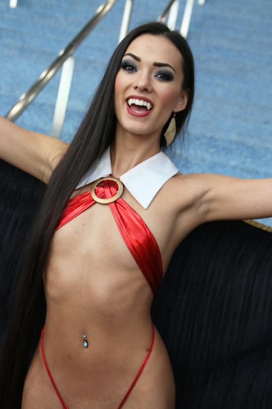 Joanie Brosas Vampira Cosplay fangs